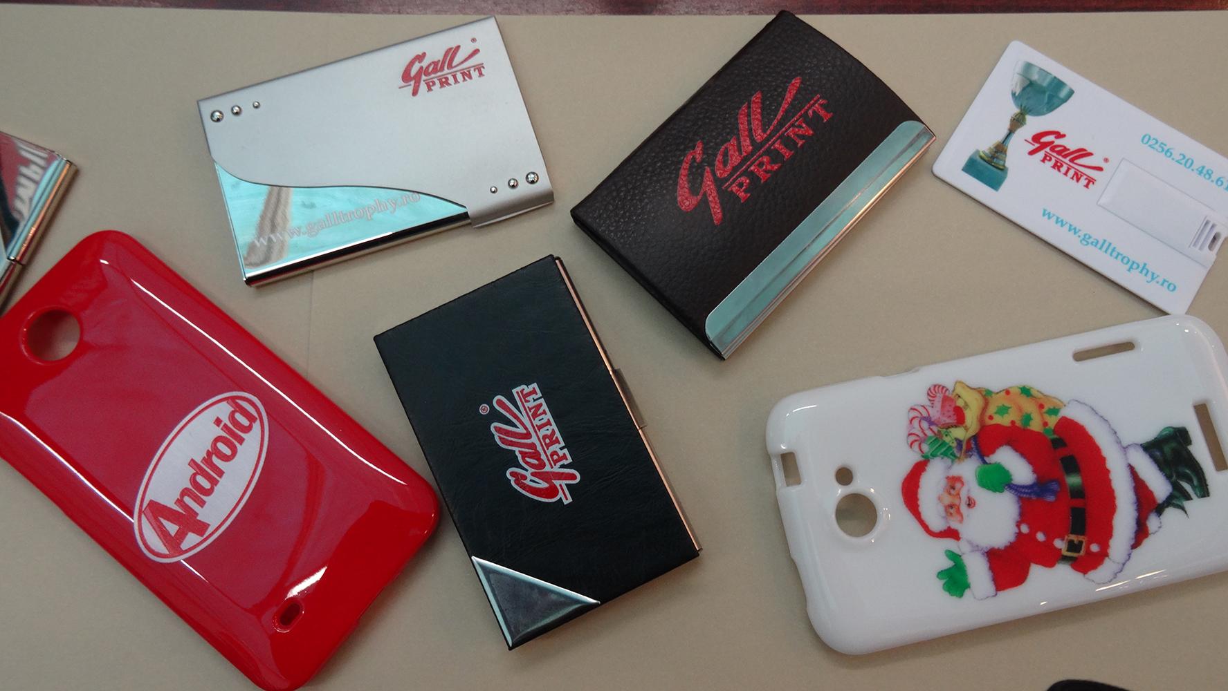 Huse pentru telefoane, carduri personalizate, porturi pentru carti de vizita